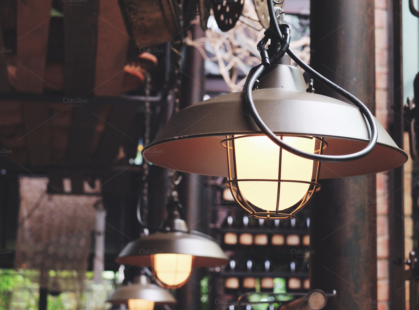 Classic-hanging-light-bulb-in-cafe