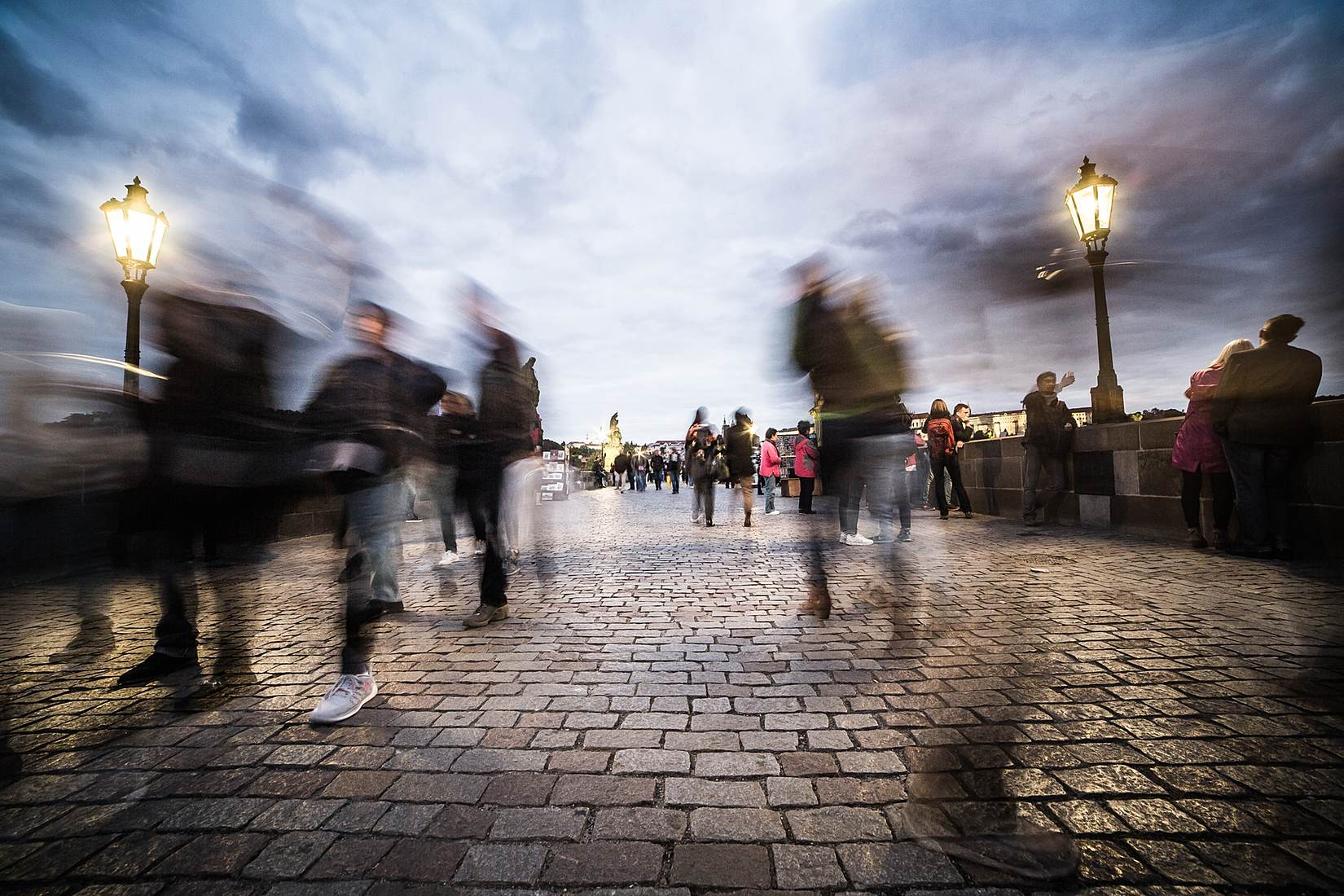 chaotic-people-on-charles-bridge-in-prague