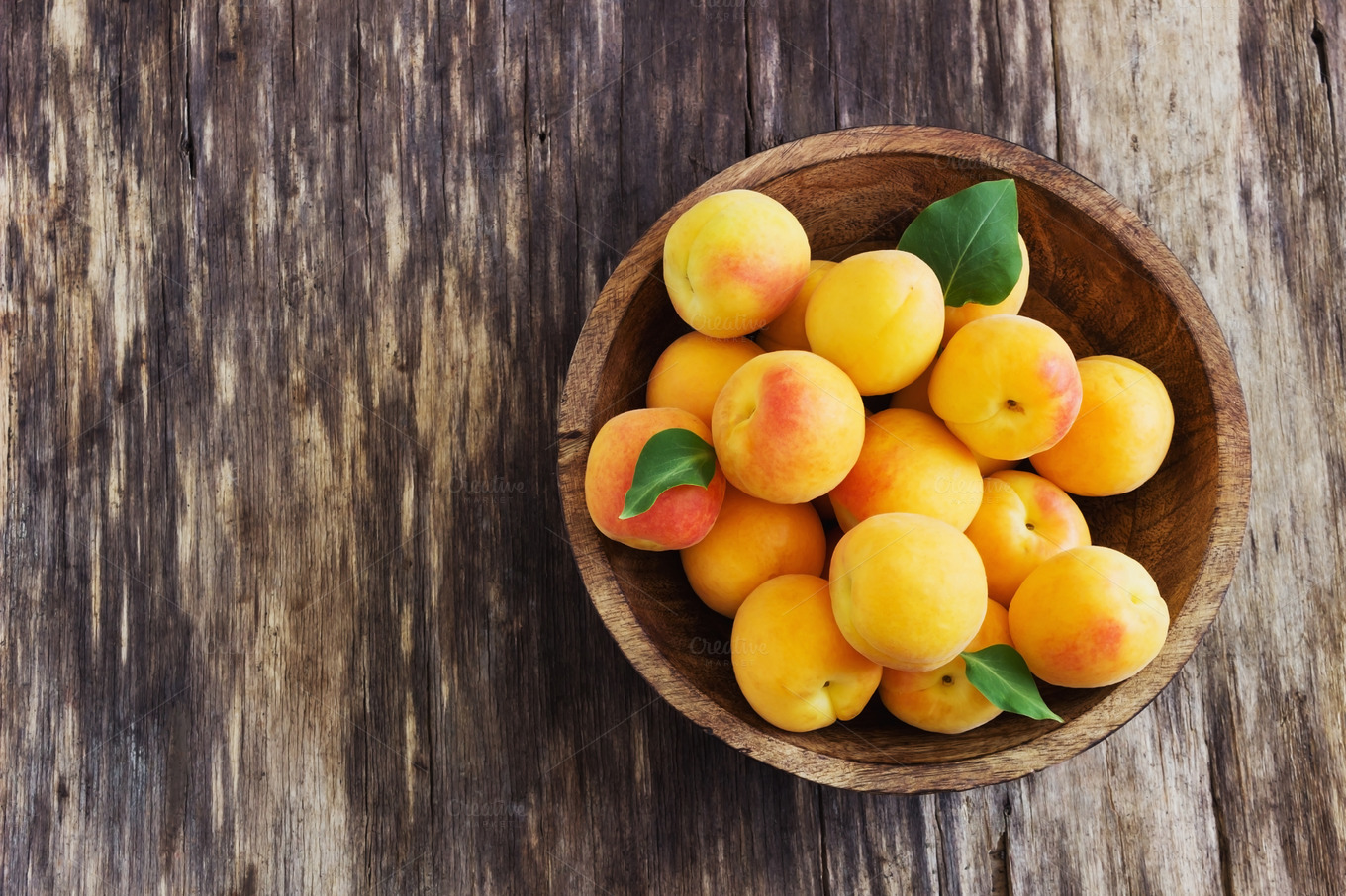 ripe-apricots-in-a-wooden-bowl