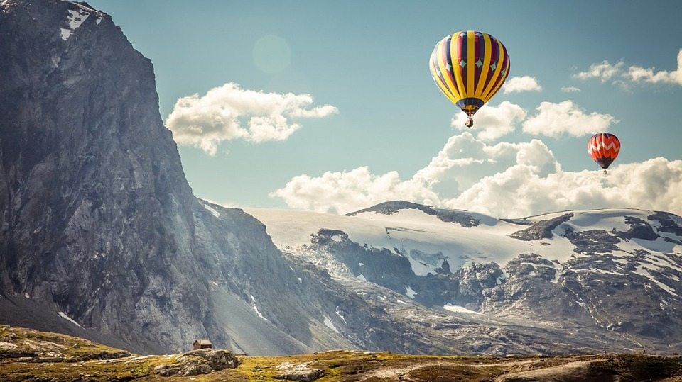 hot-air-balloons-mountains-floating