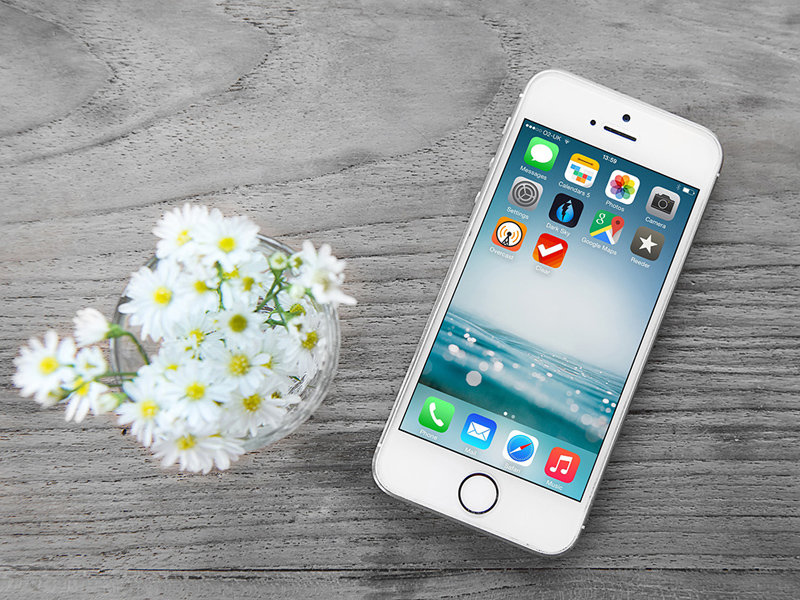 free-iphone-mockup-with-wooden-background-2